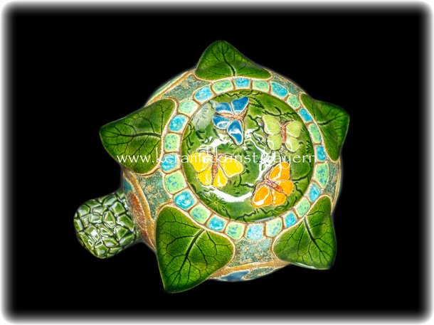 Hummelkugel - Schmetterling in Smaragdgruen